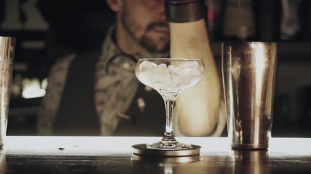 barman : Barman make a cocktail