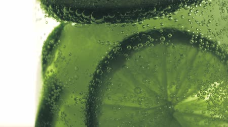 мята : Sparkling bubbles water with a slice of lime