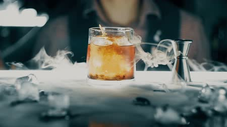 romênia : Cocktail with ice on the bar Stock Footage