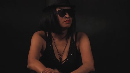 afro amerikan : Woman in hat and glasses Stok Video