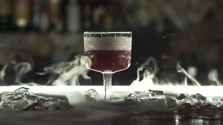 romênia : Cocktail with dry ice on the bar