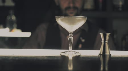 romênia : Barman make a cocktail on a bar