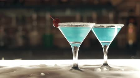 romênia : Cocktails with dry ice on the bar Stock Footage
