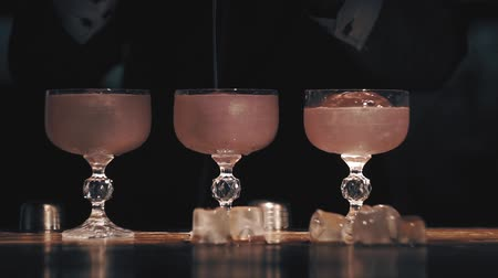 romênia : Barman make a cocktails on a bar