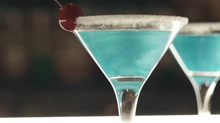romênia : Blue cocktails at a bar