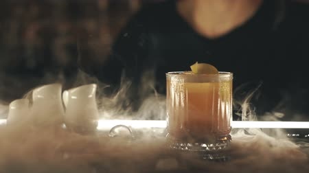 алкоголь : Cocktails with dry ice on the bar Стоковые видеозаписи