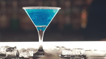 romênia : Blue cocktail at the bar