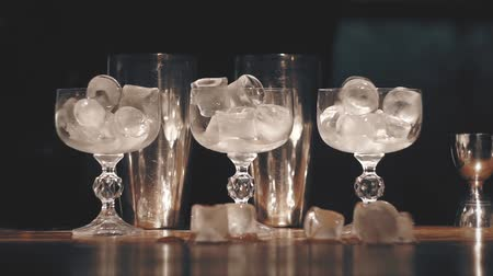 romênia : Barman make a cocktails at a bar Stock Footage
