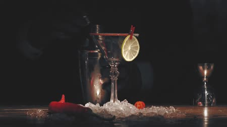 romênia : Bartender make a cocktail at bar Stock Footage
