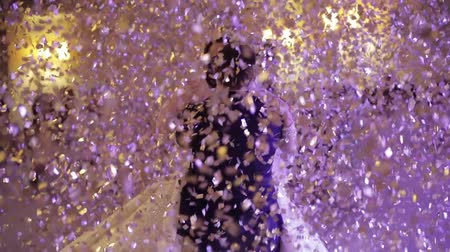 nevěsta : First dance of wedding pair in flying gold confetti. Dostupné videozáznamy