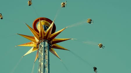 карусель : Swing ride in the sky in amusement park