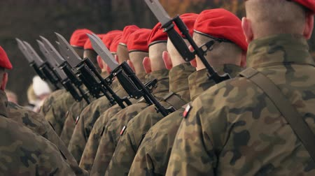 commando : soldiers with machine guns and bayonet knives stand in a row, in red berets 4k video