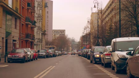 придорожный : Warsaw, Poland- December 26, 2017 Parked cars along the road in the old town. Стоковые видеозаписи
