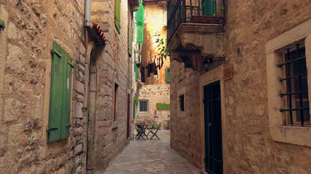 inspirar : Narrow Streets Between Old Houses of Antique City. Romantic Road in Beautiful Medieval Town.