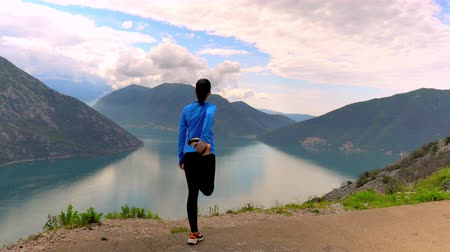 bilinçli : Woman Doing Sport Workout On Mountain Road. Looking At Wonderful Panorama Of Mountain And Sea.
