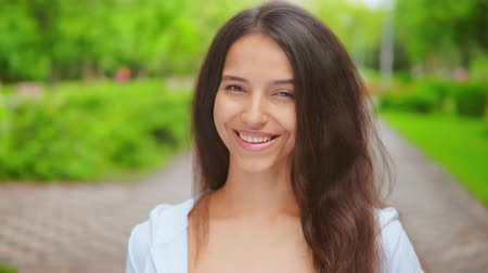 rozjařenost : close up girl with attractive smile looking at the camera showing positive emotions caucasian brunette posing outdoor