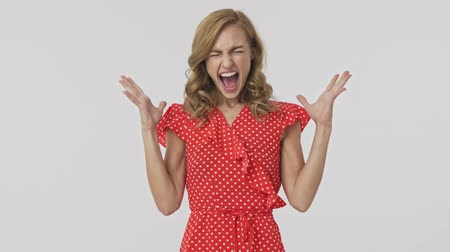 закрытыми глазами : Angry pretty blonde woman in dress feeling stress and screaming with closed eyes over grey background