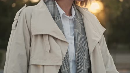 vertrek : Close up view of Smiling blonde business woman in coat walking and sitting in the car on parking near airport outdoors