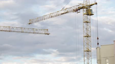 строительные леса : Work of the crane on the construction site.