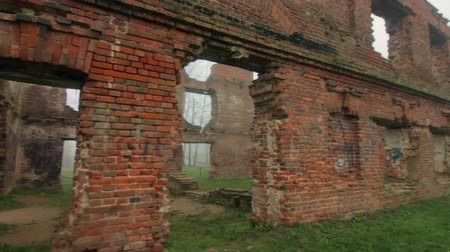 しっくい : The ruins of an old red brick building. Everything is shrouded in thick fog. 動画素材