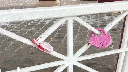 trançado : Padlocks hang on the railing in the gazebo in the park. Everything is covered with frost.