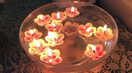 luz de velas : Burning candles are floating in the water.