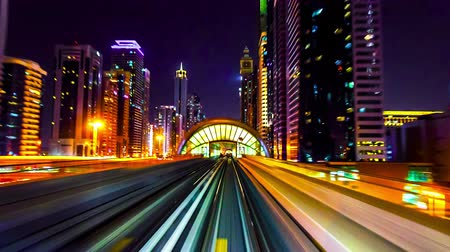 эмираты : 4K TimeLapse - Best view from windshield window of the first wagon of night Dubai metro. Стоковые видеозаписи