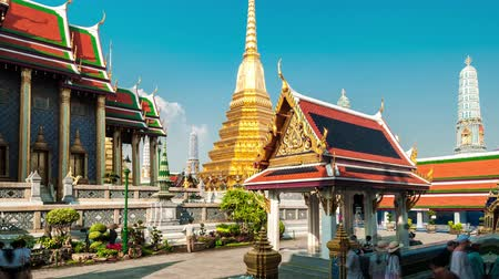 budist : 4K TimeLapse. Tourists walks in The Grand Palace with its Royal Chapel Stok Video