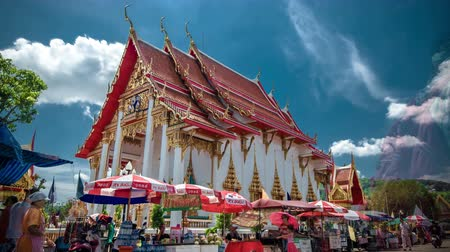 budist : 4K TimeLapse.  Cloudsand people walk the Wat Chalong temple Stok Video