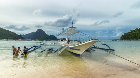 takımadalar : Fishermen repairing a boat in the bay of El Nido. 4K TimeLapse - August 2016, El Nido Palawan, Philippines