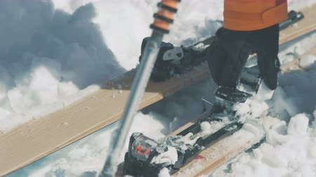 скат : Skier hand removes snow from ski fastening closeup Стоковые видеозаписи