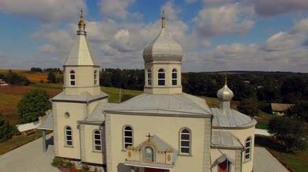 torre sineira : Orthodox church in the Ukrainian village. Aerial view. Vídeos