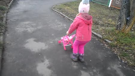 dehet : Girl walking with a pram Dostupné videozáznamy