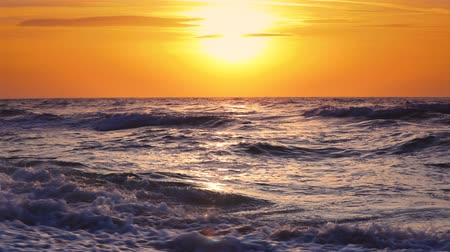 su üzerinde ufuk : Sunrise over the sea ripple water Stok Video