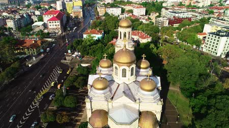 monumentální : The Cathedral of the Assumption in Varna, Bulgaria and colorful rainbow. Aerial drone view. Dostupné videozáznamy