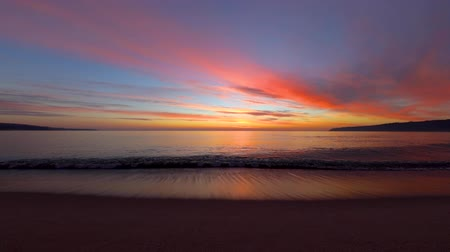 Майорка : Sunrise over the sea waves. Beautiful cloudscape and beach, video
