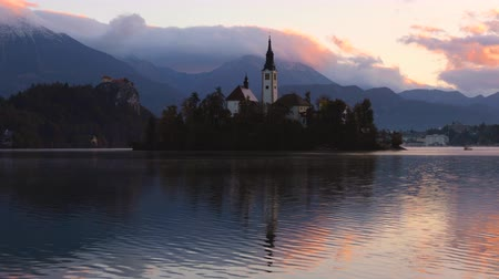slovenya : Lake Bled with St. Marys Church of the Assumption on the small island; Bled, Slovenia, Europe. Stok Video