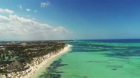 napágy : Aerial view of tropical beach with coconut palm trees and beautiful coastline