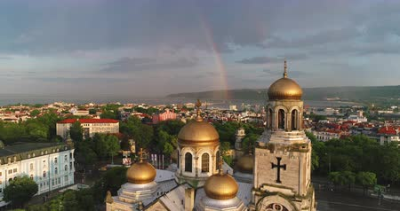 monumentální : Aerial view of The Cathedral of the Assumption in Varna, Bulgaria. Beautiful rainbow