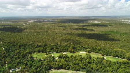 фарватер : Aerial view over palm trees jungle and golf course in tropical caribbean resort