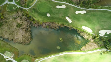 curso : Aerial view of pond on golf course in tropical caribbean resort