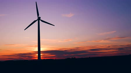 yenilenebilir : Windmills for electric power production at sunset in a field