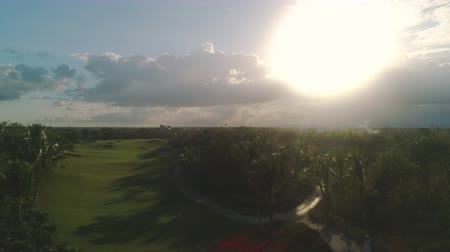 фарватер : Golf course in luxury tropical resort. Sunset over sport fields, grounds and palm trees. Стоковые видеозаписи