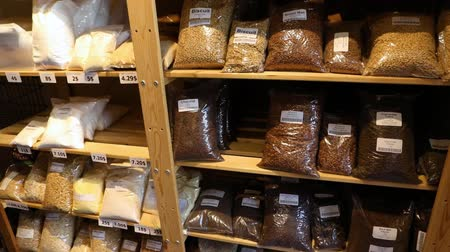 sponka : Organic products on shelves in store. A close up view of bagged natural produce for sale on shelving inside a health foods store. Bagged pulses and grains on display. Dostupné videozáznamy