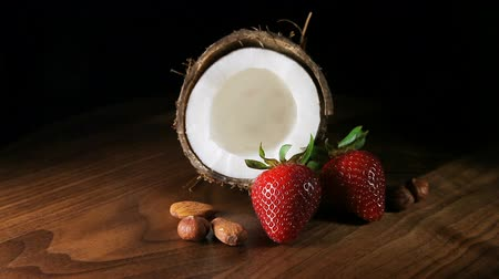 kahverengi : coconut with strawberries and nuts