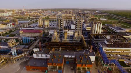 rafineria : A huge oil Refinery with pipes and distillation complexes. Aerial view Wideo