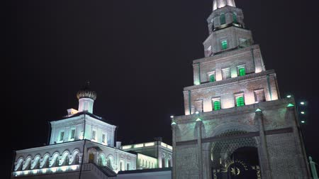 mesquita : Leaning Tower Syuyumbike in the Kazan Kremlin at night