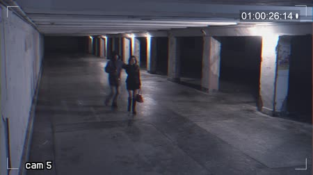 bandido : robbing a girl talking on the phone in an underpass. Recording from a surveillance camera Vídeos