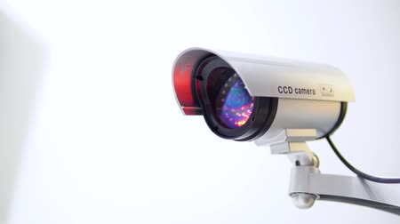 sigilo : The surveillance camera with flashing red light on white background. Close up