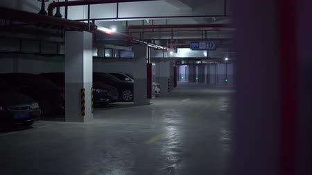 pisos : Building underground parking lot with few cars